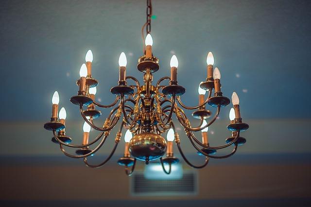 velký lustr, žárovky jako svíčky