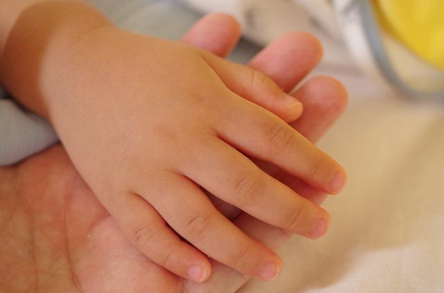ruka miminka a maminky