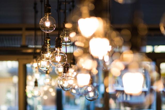 světla jako kulaté žárovky pověšené ze stropu
