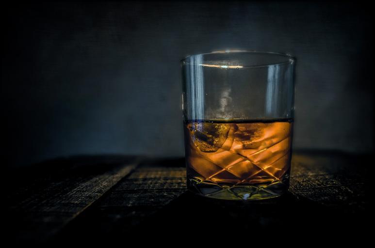 sklenka whiskey